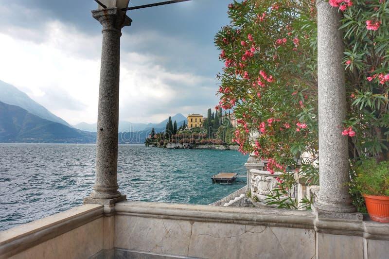 Красивые земли виллы Monastero на озере Como стоковая фотография rf