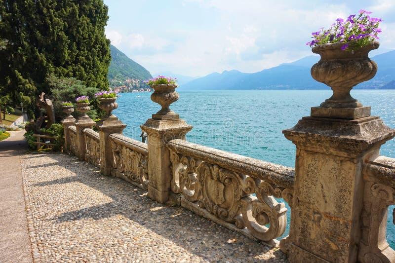 Красивые земли виллы Monastero на озере Como стоковое фото rf