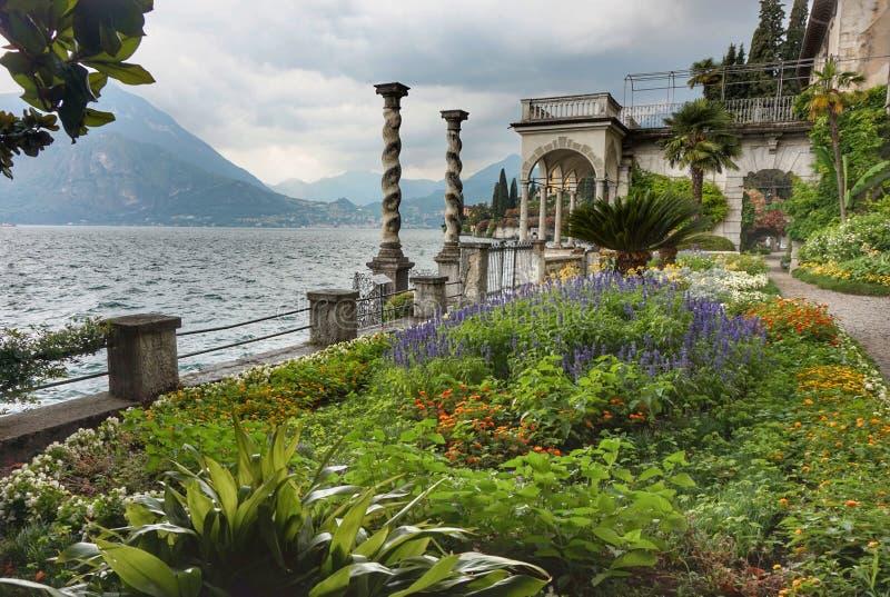 Красивые земли виллы Monastero на озере Como стоковое фото