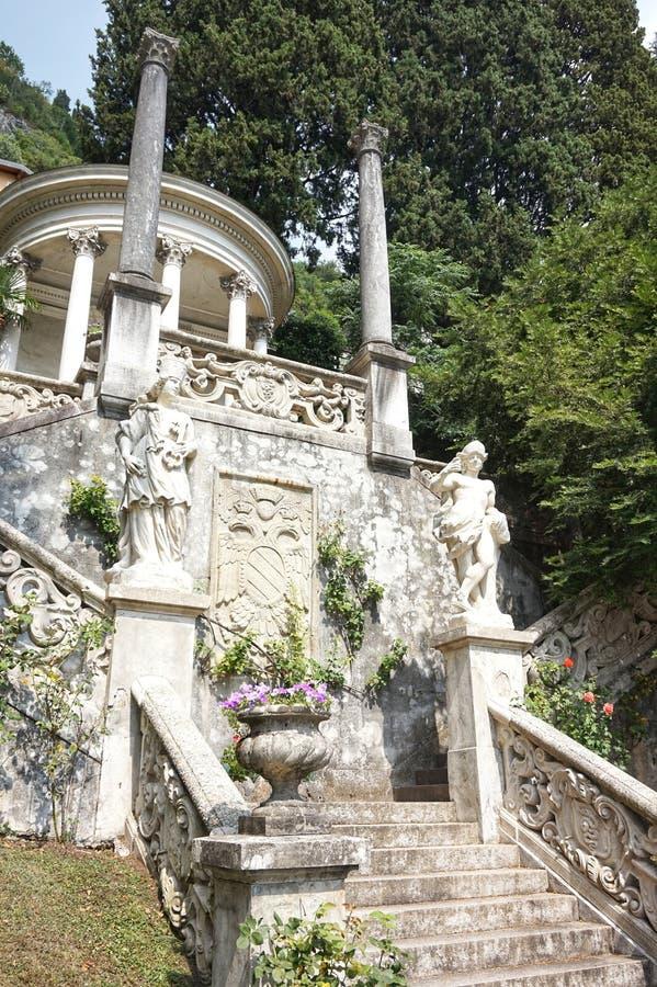 Красивые земли виллы Monastero на озере Como стоковые фотографии rf