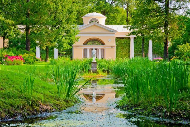 Красивые здание и статуя в парке Санкт-Петербурга стоковое изображение rf
