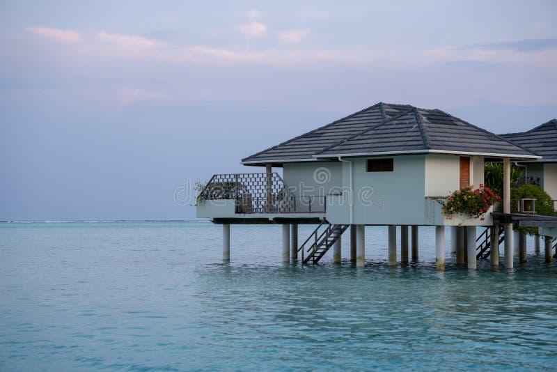 Красивые изолированные роскошные бунгало Мальдивы воды в голубом зеленом океане Мальдивов стоковая фотография rf
