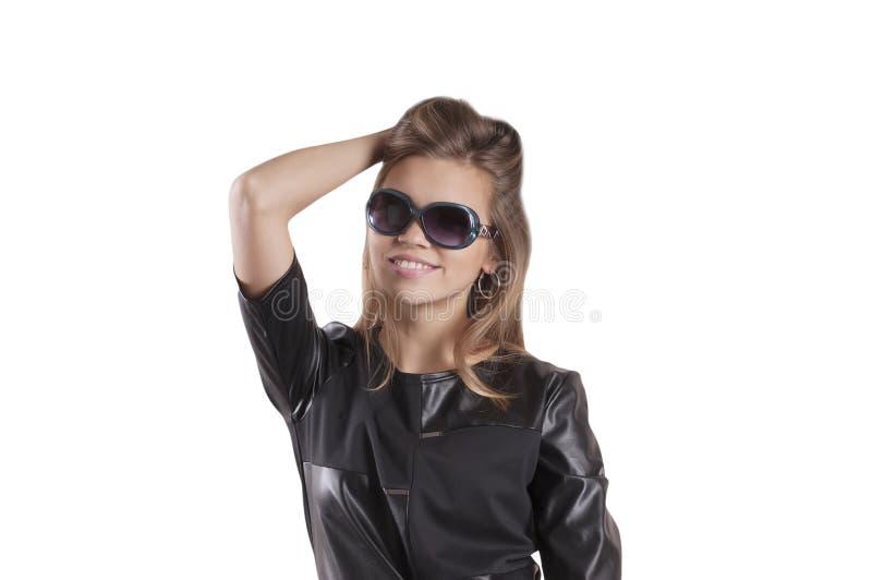 Красивые изолированные стекла солнца представления платья черноты девушки, привлекательное портрета стоковая фотография