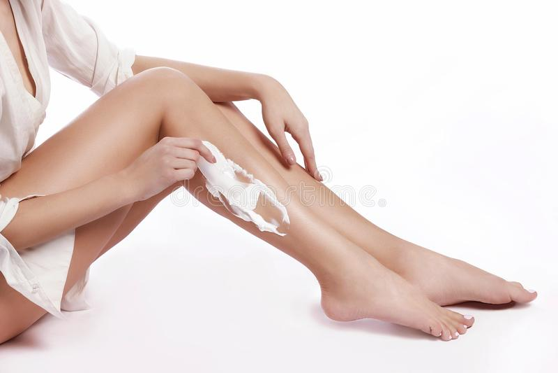 Красивые и здоровые женские ноги после epilation, депиляции стоковая фотография rf