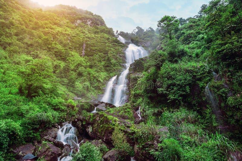 Красивые и драматические водопады Gljufrabui внутрь стоковая фотография