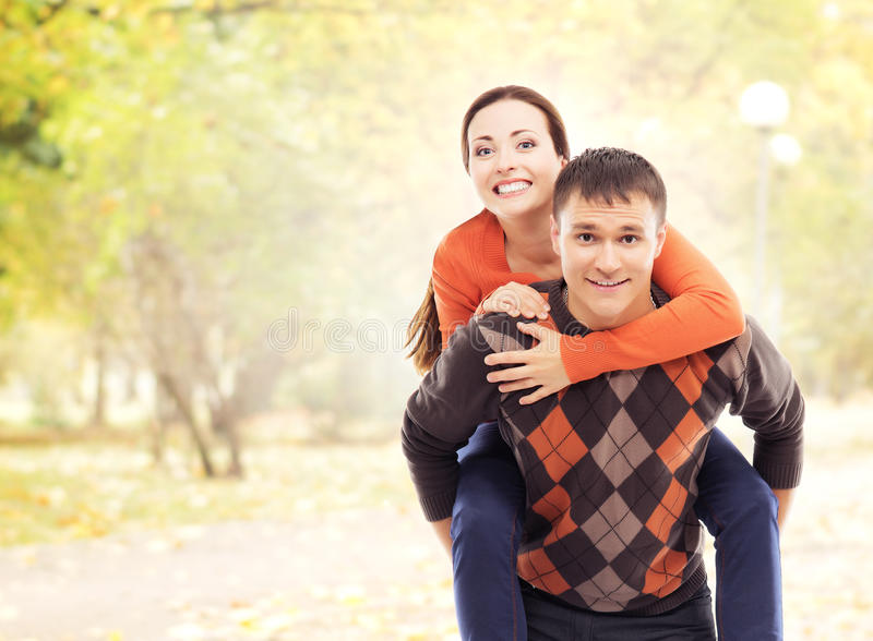 Красивые и счастливые пары идя и обнимая в парке осени стоковое фото rf