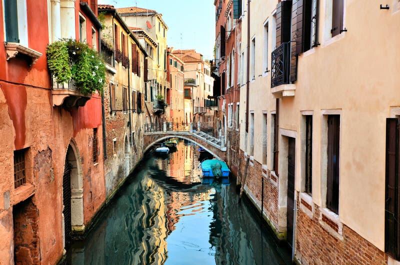 Красивые каналы с отражениями и мостом, Венецией, Италией стоковая фотография rf
