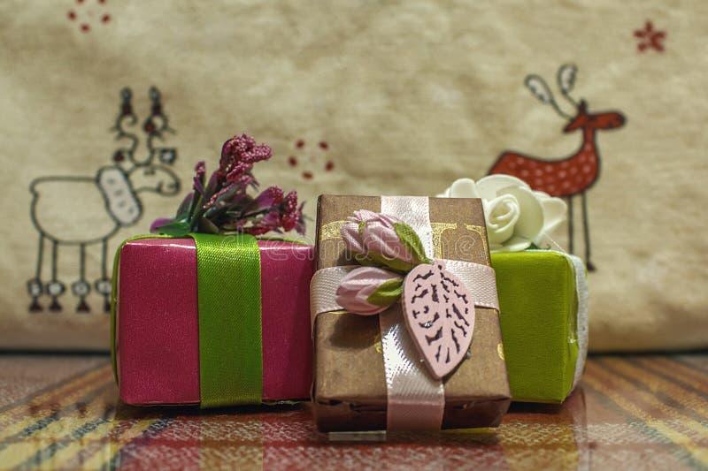 Красивые коробки с сюрпризом Хорошие подарки для родственников стоковое изображение