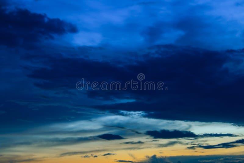 Красивые красочные небо и облако в twilight предпосылке времени стоковые фото