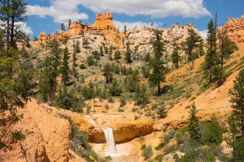 Красивые красочные скалы на водопаде в югозападной Америке стоковые фотографии rf