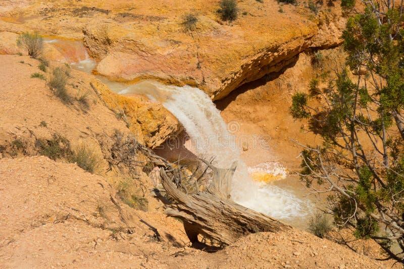 Красивые красочные скалы на водопаде в югозападной Америке стоковая фотография