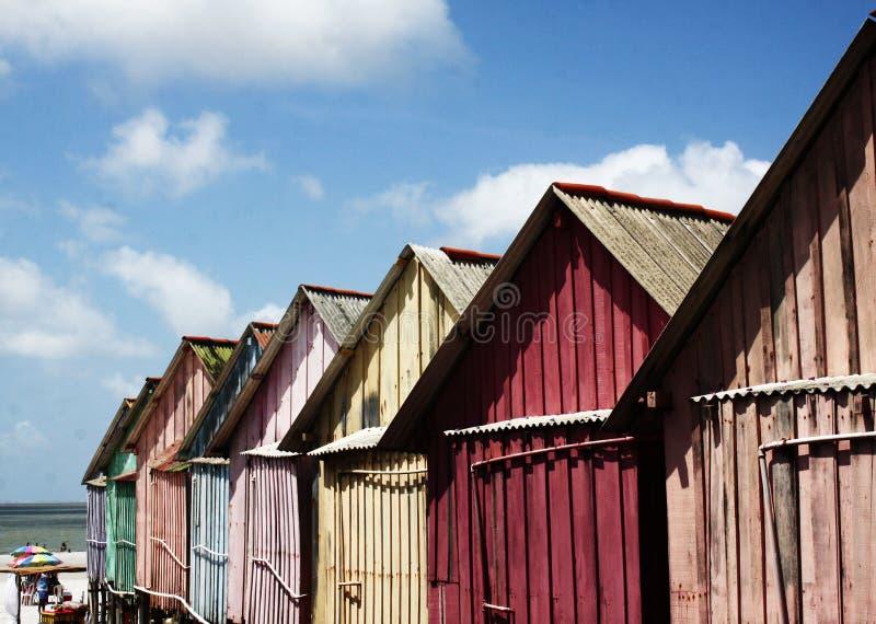 Красивые красочные хаты морем стоковые изображения rf