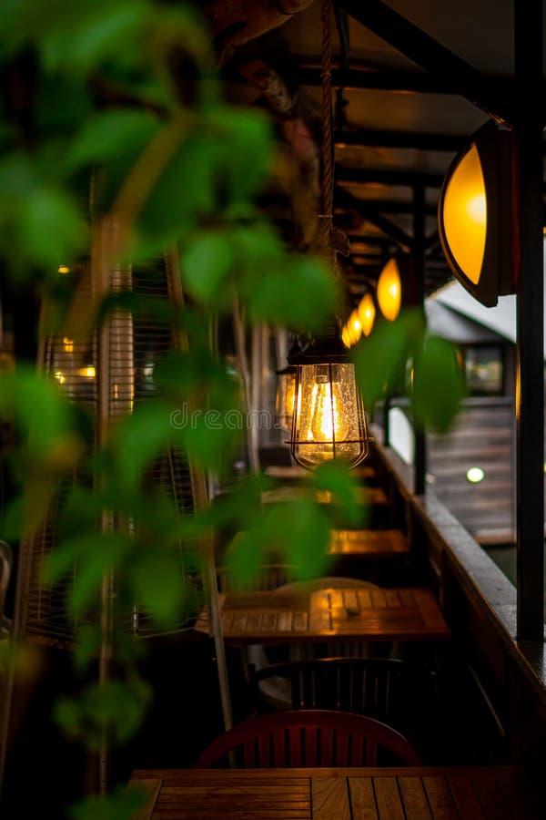 Красивые лампочки в ресторане на пруду стоковые изображения rf