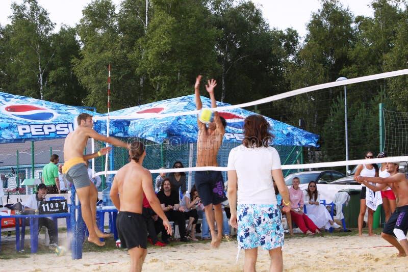 Красивые люди играя волейбол на пляже moscow 07 08 2009 стоковое фото rf
