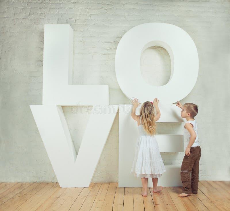 Красивые маленькая девочка и мальчик - любовь стоковые фотографии rf