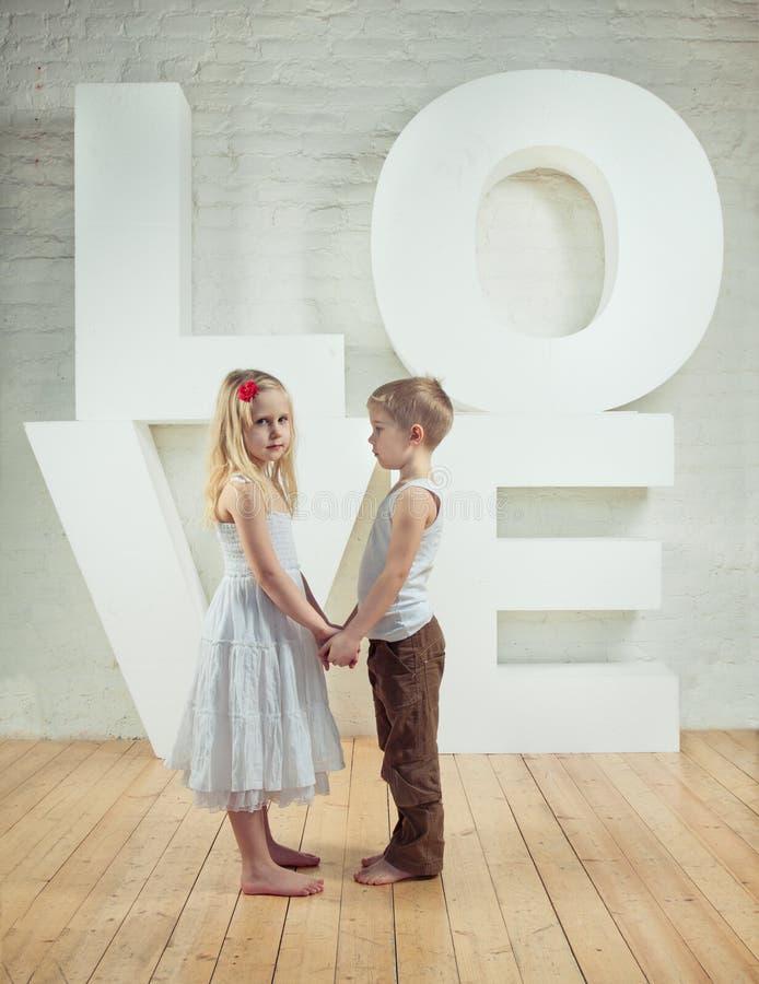 Красивые маленькая девочка и мальчик - любовь стоковое фото rf