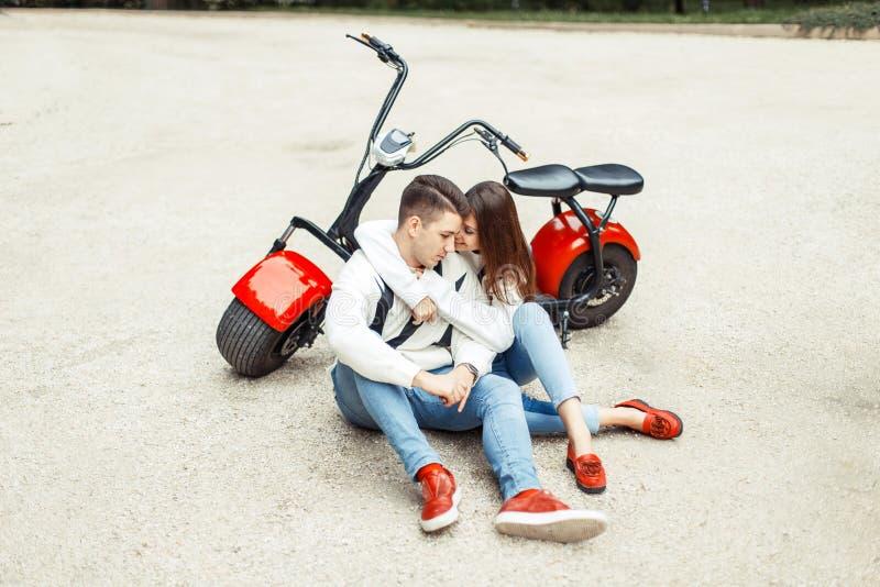 Красивые модные пары в одеждах стильной джинсовой ткани вскользь стоковая фотография rf