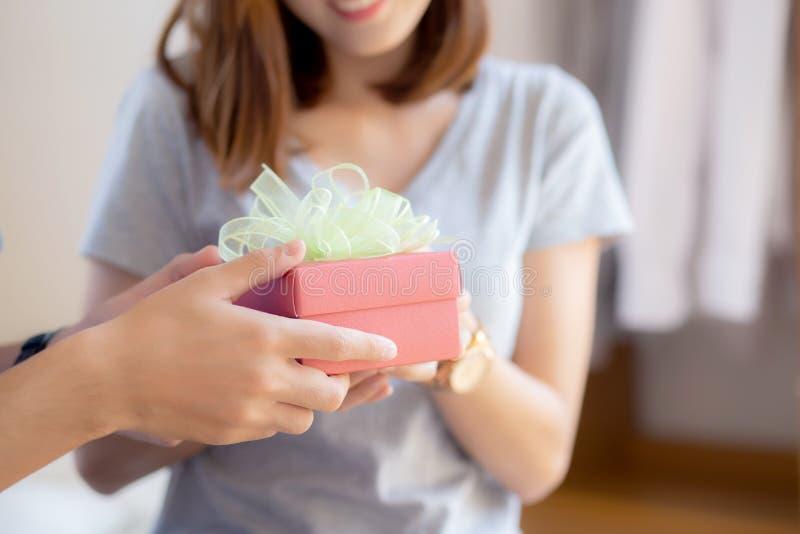 Красивые молодые азиатские пары в подарочной коробке сюрприза любов в спальне дома, годовщина семьи с наслаждаются и романтичный  стоковые фото
