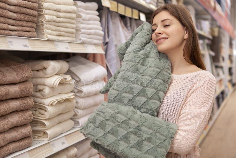 Красивые молодые женщины ходя по магазинам в магазине хозяйственных товаров стоковое изображение rf
