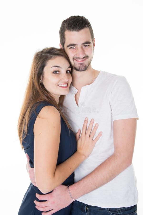 Красивые молодые пары в влюбленности в белой предпосылке стоковое фото