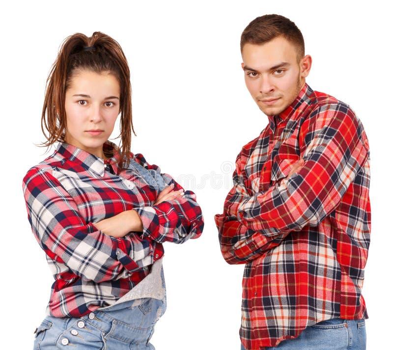 Красивые молодые пары в представлять рубашек шотландки красный изолированные на белой предпосылке стоковые фото