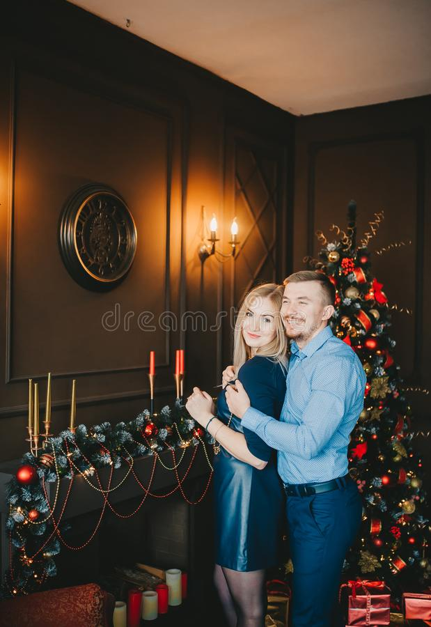 Красивые молодые пары в украшениях Нового Года в студии стоковое изображение rf