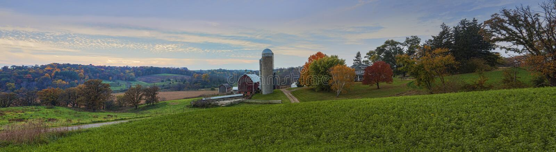 Красивые молочная ферма и нива стоковая фотография