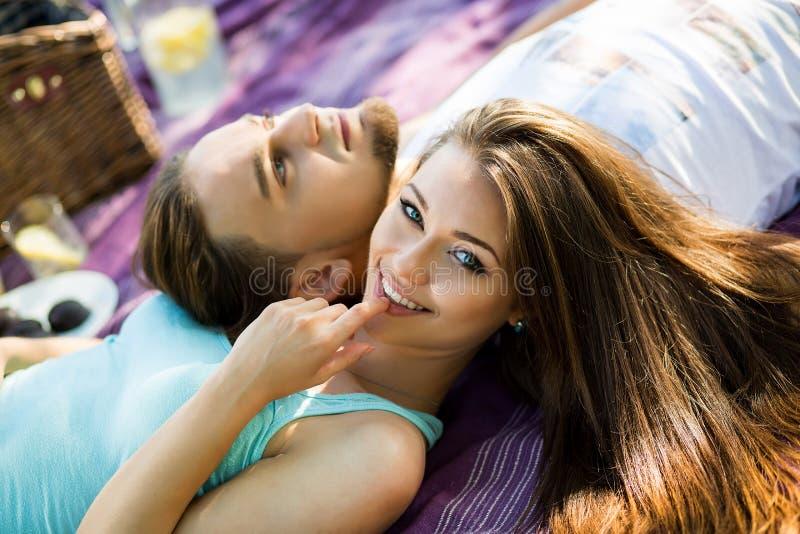 Красивые молодые пары имея пикник в сельской местности семья счастливая стоковая фотография