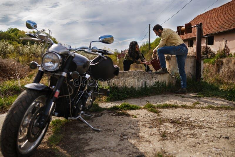 Красивые молодые пары с мотоциклом стоковое изображение rf