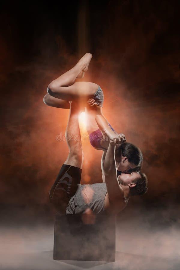 Красивые молодые sporty пары человек и женщина стоковые изображения rf