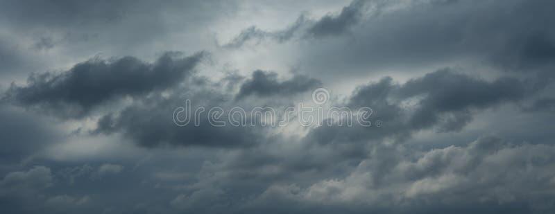 Красивые ненастные облака, отсутствие птиц, отсутствие шума стоковая фотография