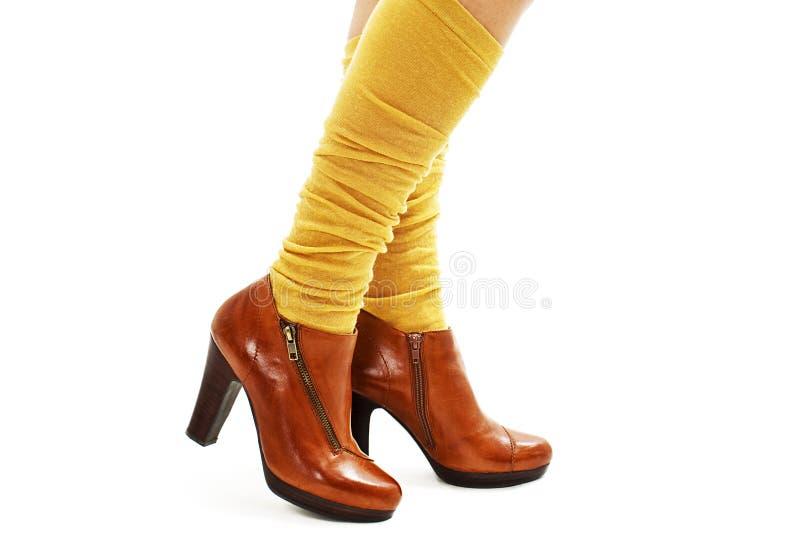 Красивые ноги женщины в ботинках и желтых носках стоковая фотография