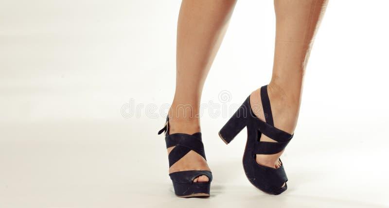 Красивые ноги молодой женщины в ботинках высокой пятки стоковые фото