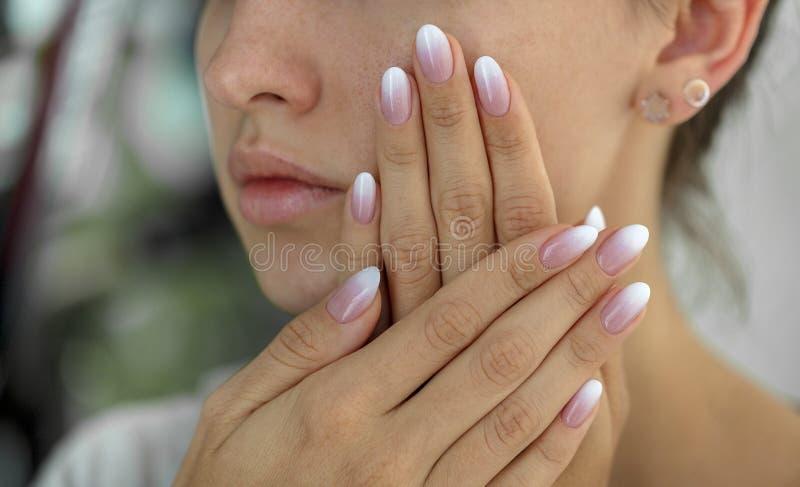 Красивые ногти ` s женщины с красивым ombre французского маникюра стоковая фотография