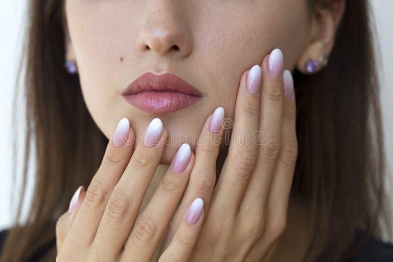 Красивые ногти ` s женщины с красивым ombre французского маникюра стоковое фото rf