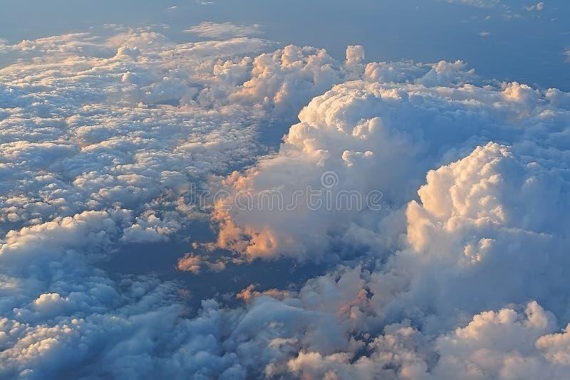 Красивые облака в свете захода солнца стоковые фотографии rf