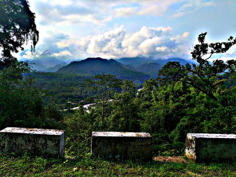 Красивые облака с холмом стоковое фото