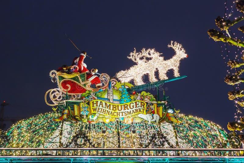 Красивые освещения на рождественской ярмарке в Гамбурге, Германии стоковое изображение