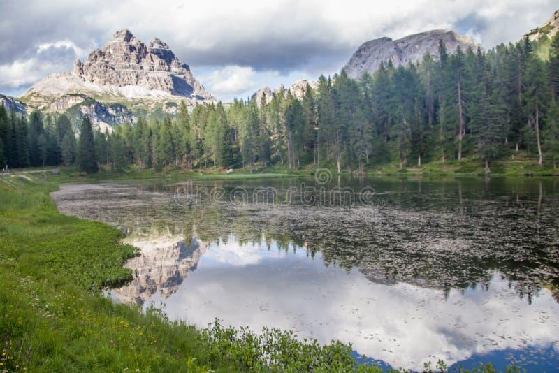 Красивые отражения на озере Antorno итальянском: Lago Di Antorno с известным горным пиком доломитов 3 выборов Lavare стоковое изображение