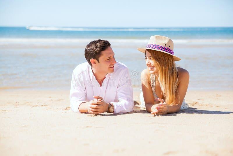 Красивые пары вися вне на пляже стоковая фотография rf