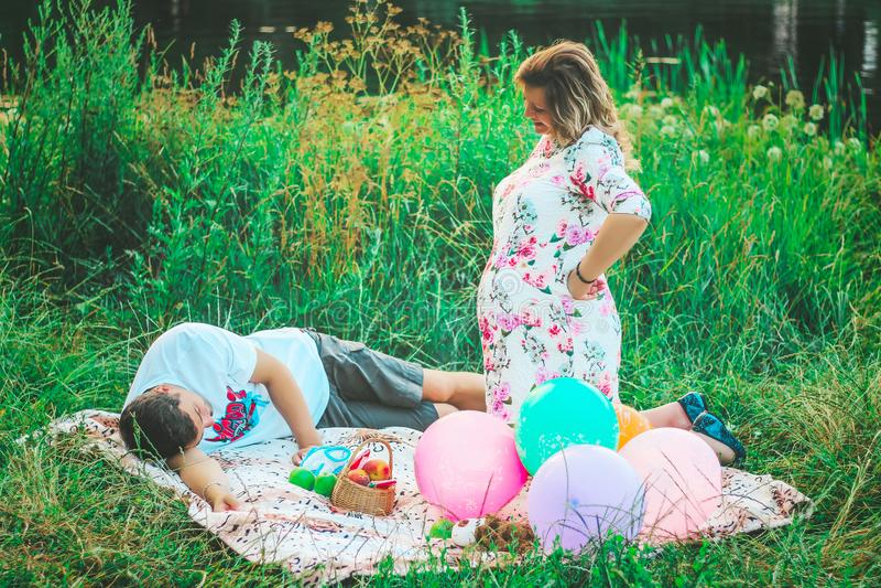 Красивые пары в влюбленности на предпосылке озера в парке в крупном плане летнего времени стоковое изображение rf