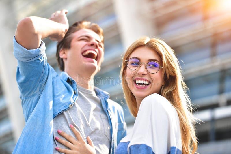 Красивые пары в любов датируя outdoors и усмехаясь Красивая девушка щекочет ее парня стоковое изображение rf