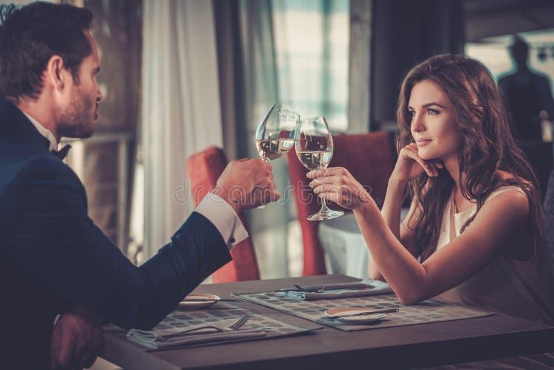 Красивые пары в ресторане стоковая фотография rf