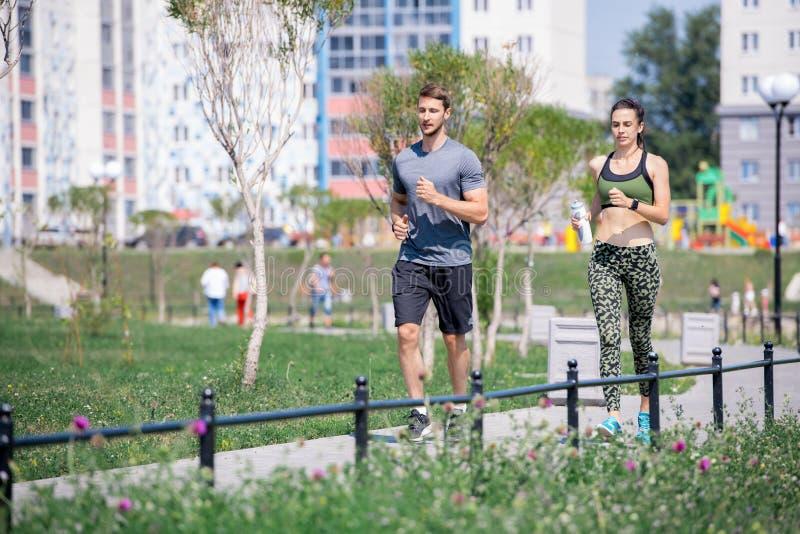 Красивые пары наслаждаясь Jogging в городе стоковые фото