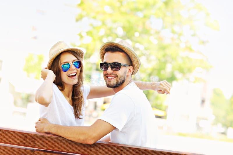 Красивые пары на дате в парке стоковое фото