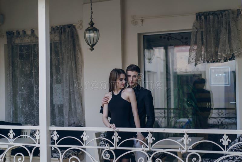 Красивые пары на балконе стоковые фотографии rf