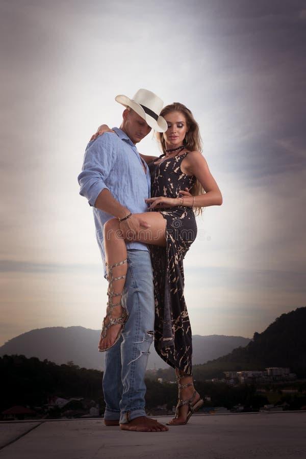 Красивые пары на крыше стоковые фото