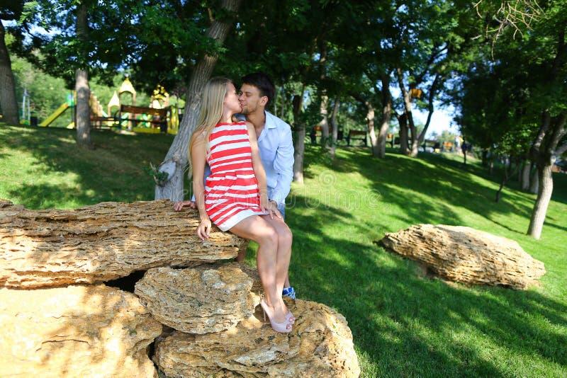 Красивые пары, новобрачные смотрят в каждые другие наблюдают, усмехающся стоковые изображения