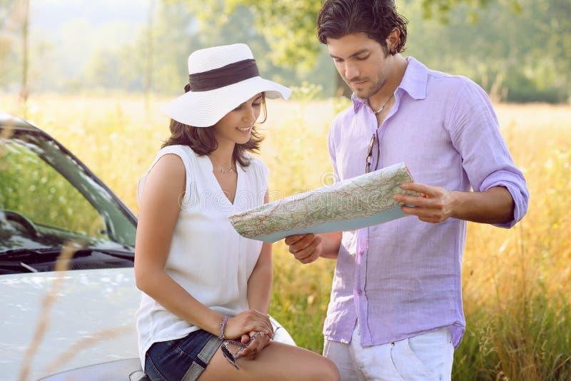 Красивые пары с дорожной картой стоковая фотография