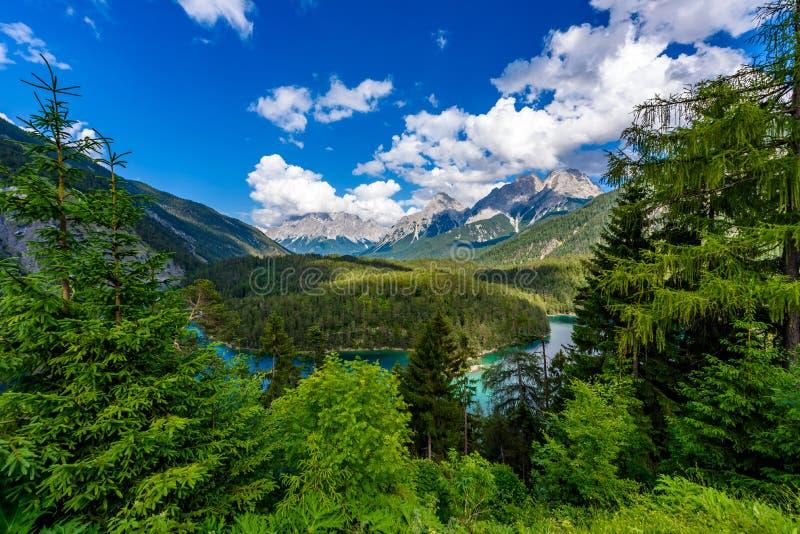 Красивые пейзаж и панорамный вид горы от зоны отдыха Zugspitzblick на дороге Fernpass высокогорной к Zugspitze стоковая фотография